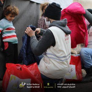 توزيع الملابس الشتوية على الأهالي في الشمال السوري